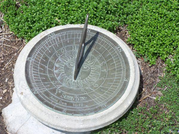 Фото - декоративні годинник для саду показують час