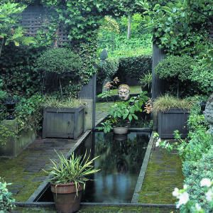 Фото - дзеркала в саду візуально розширюють простір