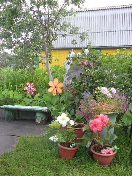 Фото - місце відпочинку з живими і намальованими квітами
