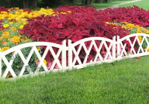 Фото - Фігурний дерев'яний паркан навколо квітника