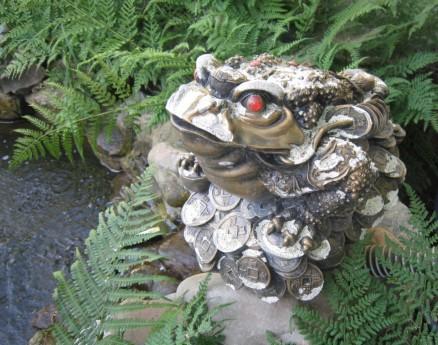Фото - грошова жаба в дизайні дачної ділянки