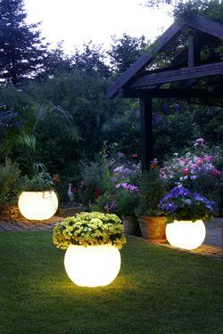 Фото - дизайн саду з нестандартним освітленням