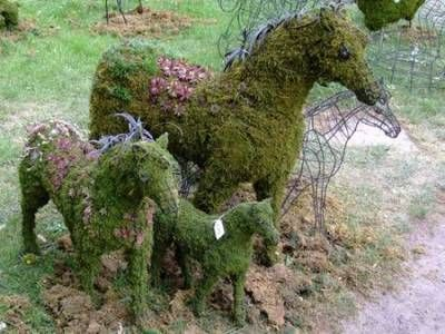 Фото - замшіла скульптура в дизайнерському саду