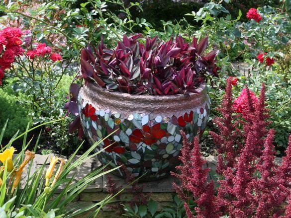 Фото - вуличний вазон з красивою мозаїкою