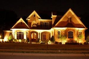 Освітлення фасадів приватного будинку: вибираємо варіант архітектурного підсвічування будівель на ділянці