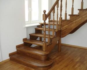 Різноманітність варіантів дерев'яних сходів на другий поверх для приватного будинку