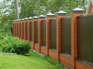 Різноманітність варіантів дизайну парканів з профнастилу