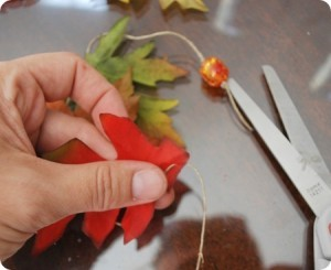 Фото - нанизуємо намистини і листя