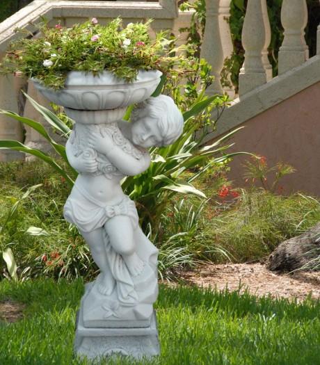 Фото - садова скульптура з вазоном