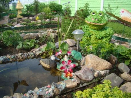 Фото - садова скульптура в тон зелені