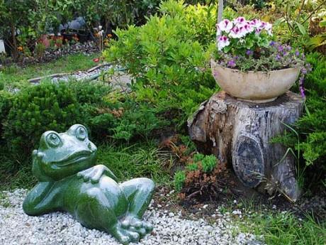 Фото - садова скульптура жаба-дачниця