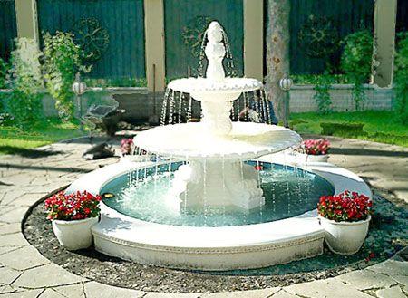 Фото - декоративні садові фонтани в центрі ландшафтної композиції