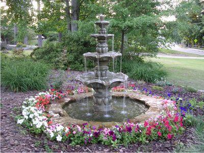 Фото - Садовий фонтан на території для прогулянок