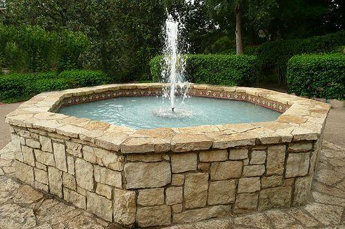 Фото - Декоративний фонтан краще влаштувати далеко від дерев