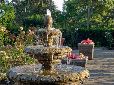 Фото - фонтани для саду можна влаштувати біля центрального фасаду будинку