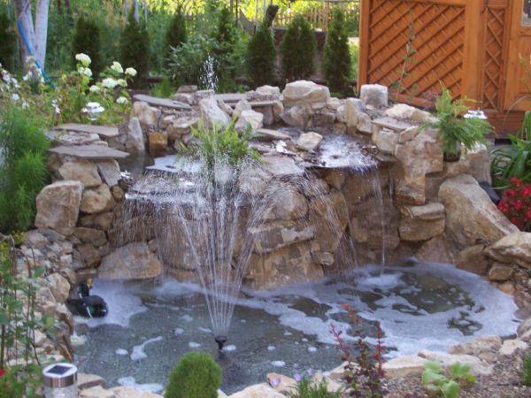 Фото - Садовий фонтан поруч з альпінарієм і природним ставком