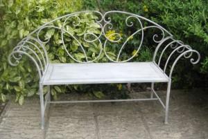 Фото - Металева садова лавка з дерев'яним сидінням
