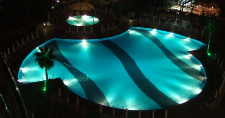 Фото - оригінальний світловий дизайн басейну
