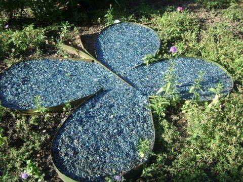 Фото - Метелик з тирси на дачній газоні